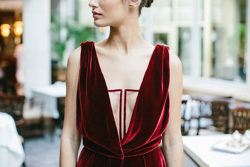 Vestido Cristina Piña. Cuerpo con escote en pico con detalle geométrico. Vestido sin mangas.
