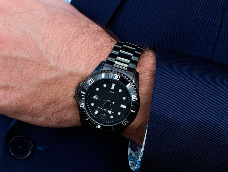 male-wrist-with-watch-1600